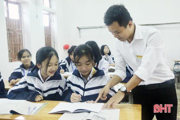 Thầy giáo xứ Cẩm dạy sin cos tan cot bằng tiếng Anh hấp dẫn học trò - Hình 2