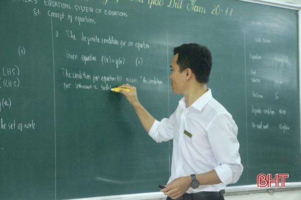 Thầy giáo xứ Cẩm dạy sin cos tan cot bằng tiếng Anh hấp dẫn học trò - Hình 1