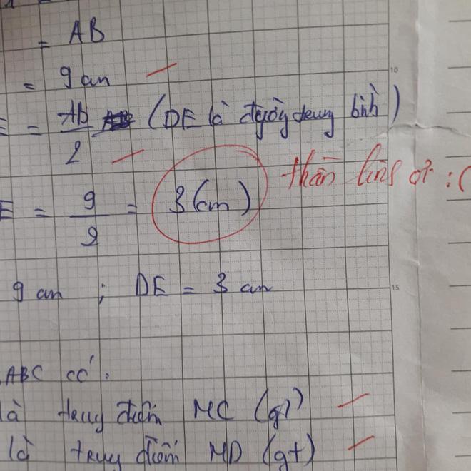Học sinh làm sai phép toán cực kỳ dễ, cô giáo chấm bài chỉ biết nhận xét: Chấm mà tức á khiến dân mạng cười bò - Hình 2