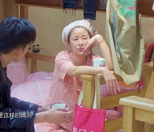 Mặt mộc của Lâm Tâm Như ở độ tuổi 43: Khác xa với lúc make up nhưng lại sở hữu làn da đáng ngưỡng mộ - Hình 1