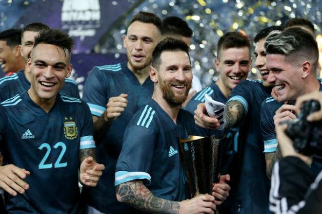 Messi mừng danh hiệu đầu tiên ở ĐTQG: Fan Ronaldo mỉa mai cúp vô giá trị - Hình 1