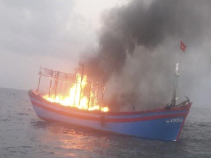 Tàu cá chở 7 thuyền viên bốc cháy trên biển - Hình 1