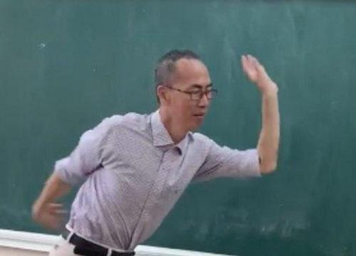 Thầy Lê Bá Khánh Trình múa phụ họa cho học trò hát Bụi phấn - Hình 1