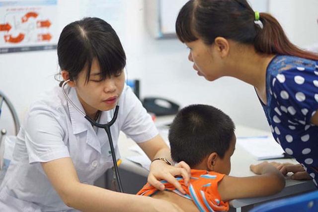 Trẻ viêm mũi, nghẹt mũi: Mẹ cần làm gì để không vô tình lạm dụng kháng sinh? - Hình 2