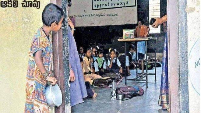 Bé gái cầm bát cơm nhìn lén vào lớp được nhận học nhưng phản ứng của bố mẹ lại gây bất ngờ - Hình 1