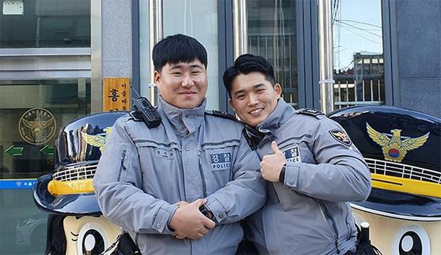 Cảnh sát Hàn Quốc đâm gẫy cả cổng trường để hộ tống thí sinh đi thi đại học muộn - Hình 1