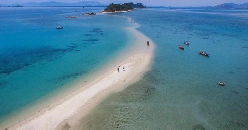 Đi bộ trên con đường xuyên biển ở Phú Yên - Hình 1