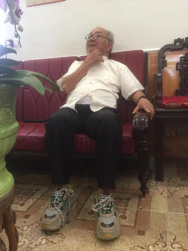 Ông ngoại U75 đi giày thể thao đế độn, giống hệt HLV Park Hang Seo và những bật mí thú vị - Hình 2