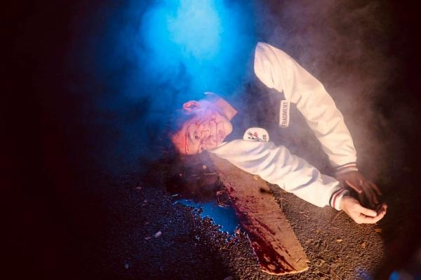 Sau hình ảnh ngôn tình, Tuấn Trần xuất hiện với vẻ ngoài bê bết máu trong teaser web drama mới - Hình 1