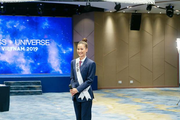 Tương tự Hương Ly, Hoàng Thùy mặc vest đi phỏng vấn thi Hoa hậu và lập tức gây tranh cãi - Hình 1