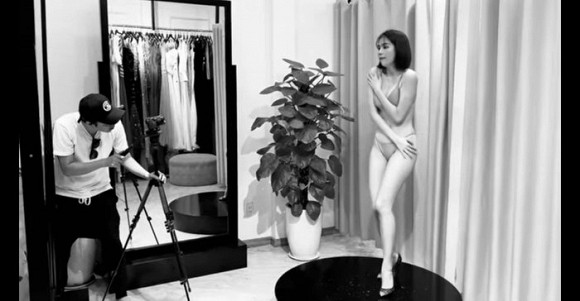 Biểu cảm hốt hoảng của Ngọc Trinh khi bị chụp ảnh tại phòng thử đồ gây chú ý - Hình 2
