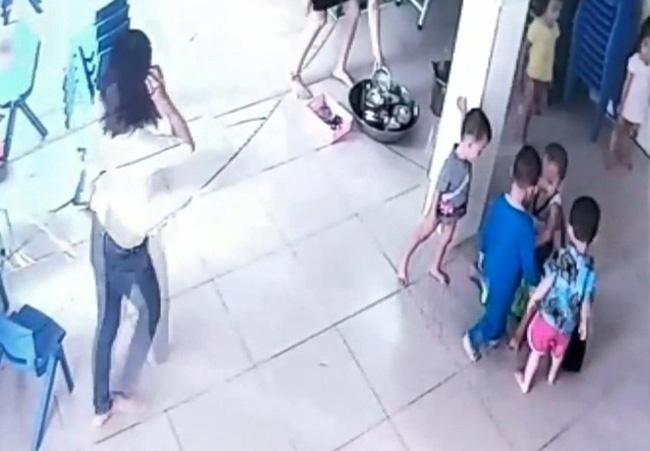 Bình Dương: Mẹ hốt hoảng khi quan sát camera thấy con trai 17 tháng tuổi bị bạn cùng lớp giẫm đạp lên người - Hình 1