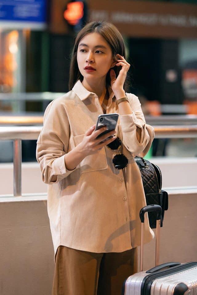 Giữa tin đồn hẹn hò Gil Lê, Hoàng Thùy Linh khoe nhan sắc xinh đẹp tại sân bay sang Nhật Bản - Hình 1