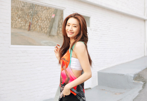 Mặc gì để tránh bị ném đá vì combo áo khoét nách như cô gái Trung Quốc? - Hình 5