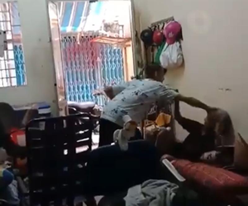 Nam thanh niên đánh đập bà lão dã man, nghi là cháu ngoại - Hình 1