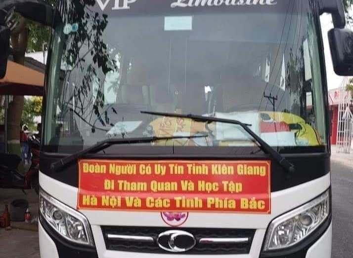 Tháo dòng chữ Đoàn người có uy tín tỉnh Kiên Giang trên xe của đoàn tham quan và học tập kinh nghiệm - Hình 1