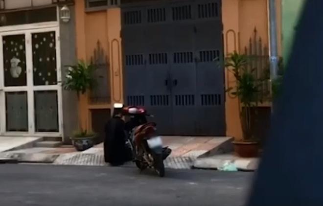 Xôn xao clip nam thanh niên cầm hoa quỳ gối trước cửa nhà crush, nghi do tỏ tình nhưng... thất bại - Hình 1