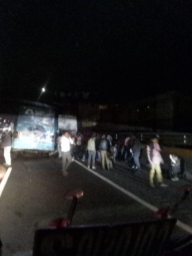 Ba xe buýt va chạm kinh hoàng, hàng chục người thương vong - Hình 2