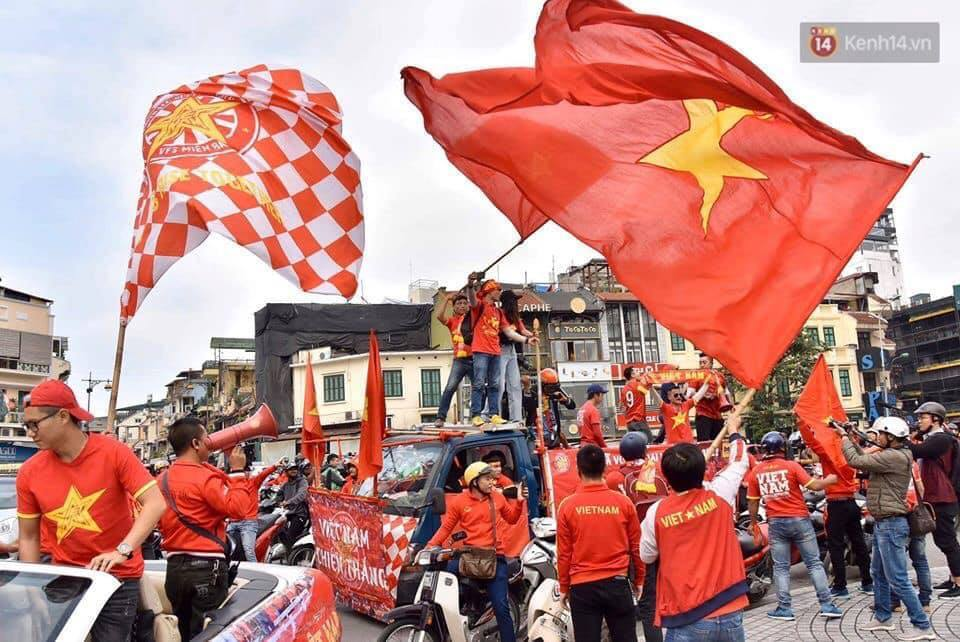 Bất chấp giá rét, dàn hot girl ăn mặc hớ hênh uốn éo trước ống kính để cổ vũ cho đội tuyển Việt Nam - Hình 1