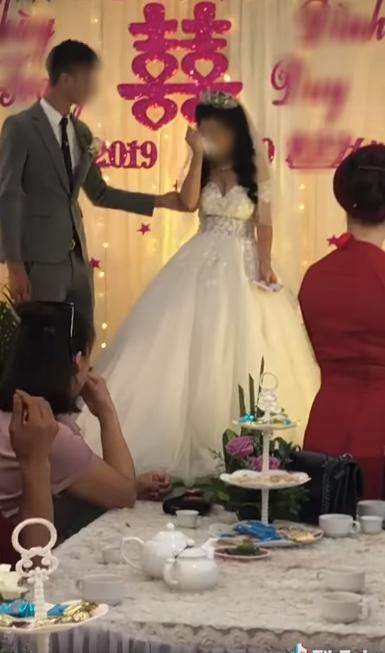 Cô dâu có biểu cảm kì lạ trong ngày cưới đang được MXH thi nhau đồn đoán nhưng thái độ xử lý tình huống của chú rể mới đáng nói - Hình 2