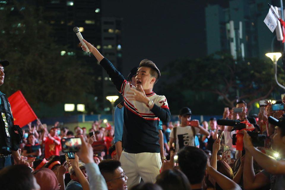 Nam ca sĩ Đàm Vĩnh Hưng khuấy động phố đi bộ Nguyễn Huệ cổ vũ tinh thần cho đội tuyển Việt Nam - Hình 2