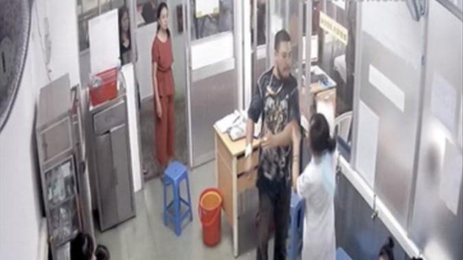 Vụ người nhà bệnh nhân đánh nữ điều dưỡng: Đề nghị khởi tố về tội hành hung nhân viên y tế trong khi đang làm nhiệm vụ - Hình 1