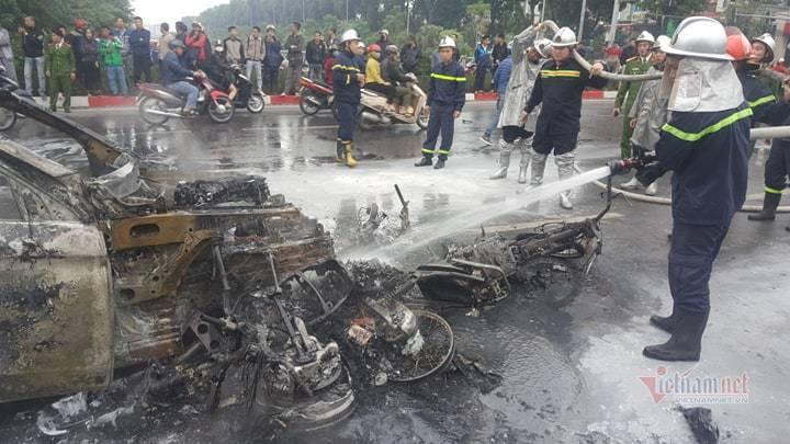 Ô tô và 3 xe máy cháy rực trên đường Lê Văn Lương, 1 người chết - Hình 2