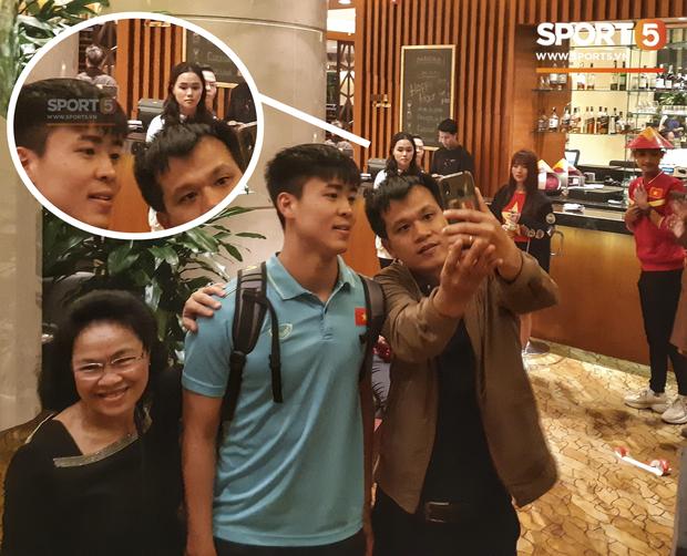 Sau trận Việt Nam đấu Thái Lan: Quỳnh Anh lặng lẽ đứng chờ Duy Mạnh sà vào vòng tay người hâm mộ - Hình 1