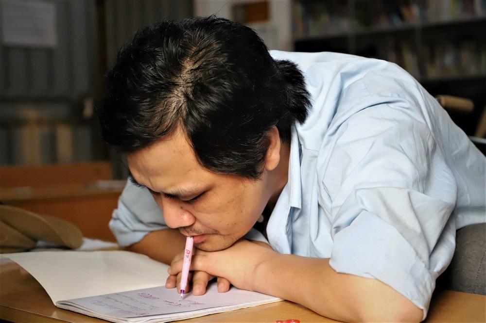 Thầy giáo viết chữ bằng miệng với nguyện ước được hiến tạng - Hình 2