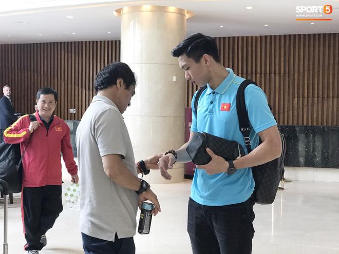 Văn Hậu, Quang Hải thoải mái chụp ảnh cùng fan trước giờ lên đường hội quân cùng U22 Việt Nam chinh phục huy chương vàng SEA Games - Hình 1