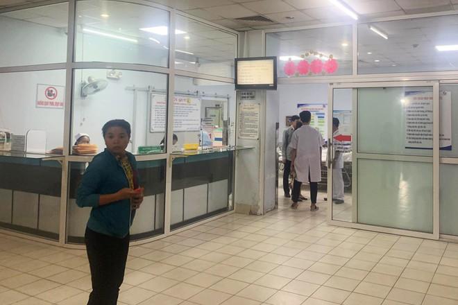 9 thanh niên xông vào bệnh viện chém người - Hình 1