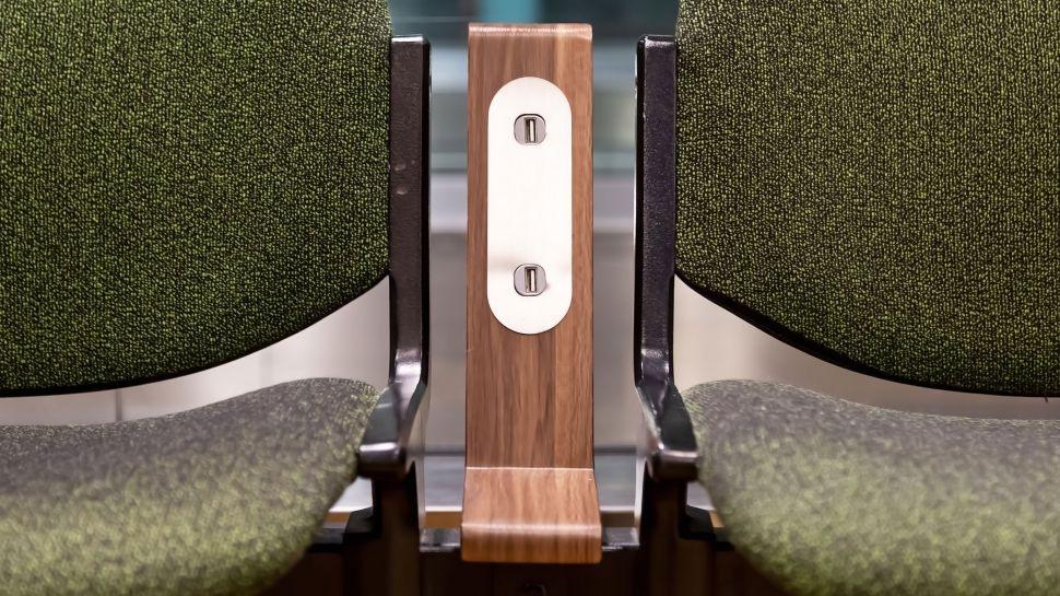 Không nên sử dụng cổng sạc USB công cộng - Hình 1