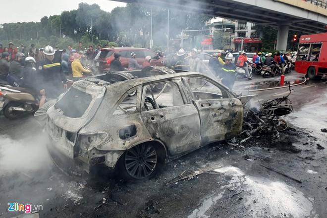 Nữ sinh thoát chết trong vụ Mercedes tông 3 xe máy - Hình 1