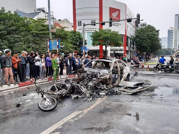 Tìm người nhà nạn nhân trong vụ xe Mercedes gây tai nạn rồi bốc cháy - Hình 1