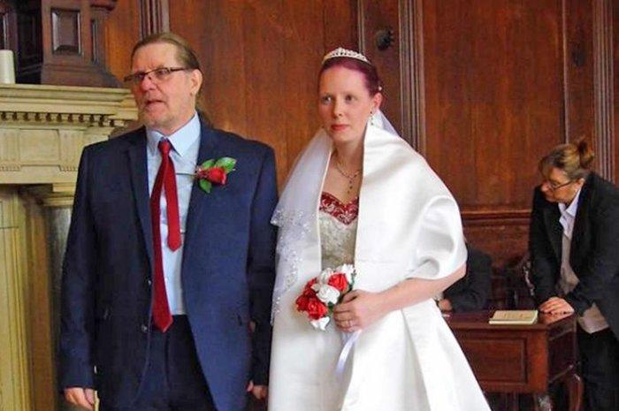 Cặp đôi lệch nhau 40 tuổi làm đám cưới sau một tháng hẹn hò, phản ứng của người xung quanh khiến cô dâu tổn thương - Hình 1