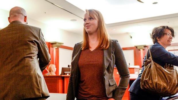 Cô gái Mỹ bị khởi tố vì lộ ngực trần trước mặt con riêng của chồng - Hình 1