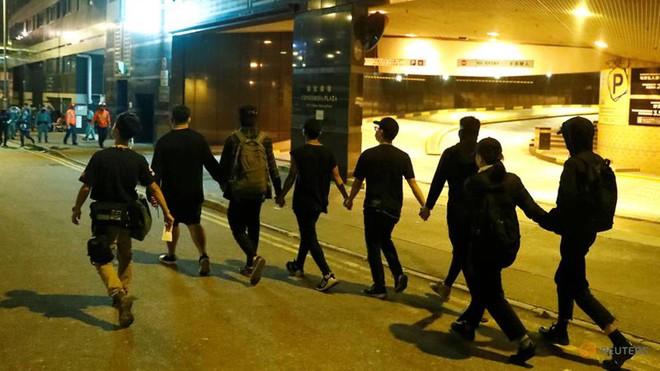 Gần 10 người biểu tình rời đại học Hong Kong, đầu hàng cảnh sát - Hình 1