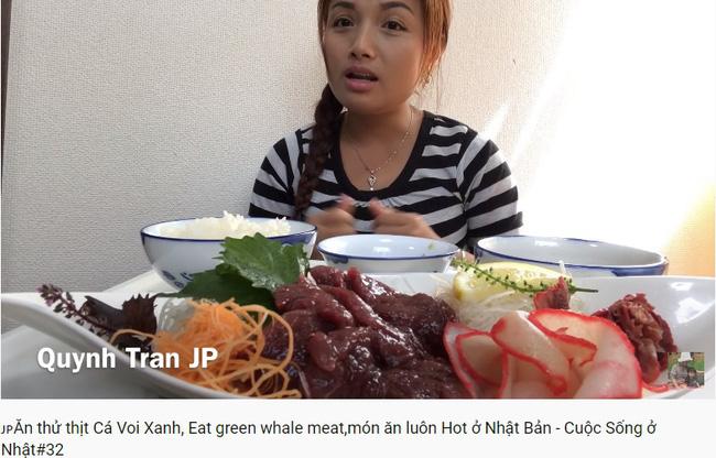 Giữa tâm bão bị chỉ trích vì ăn thịt cá voi xanh, Quỳnh Trần JP bình thản cùng mẹ đi ăn bánh xèo, bánh mì bò ở Sài Gòn - Hình 2