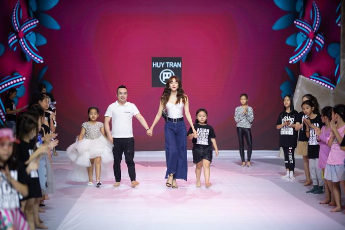 Sao Việt tập catwalk cùng mẫu nhí - Hình 1