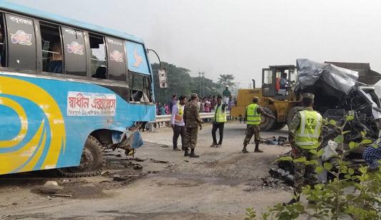 Xe buýt chở đoàn đón dâu đâm xe khách, ít nhất 10 người thiệt mạng - Hình 1