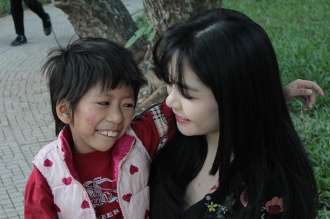 Cô gái Hà thành xinh đẹp bất chấp dị nghị nhận con nuôi là trẻ tự kỷ - Hình 1