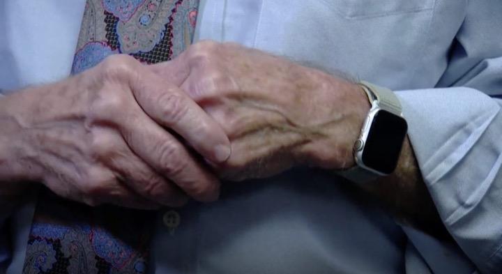 Được tặng Apple Watch mới phát hiện bị bệnh tim - Hình 1