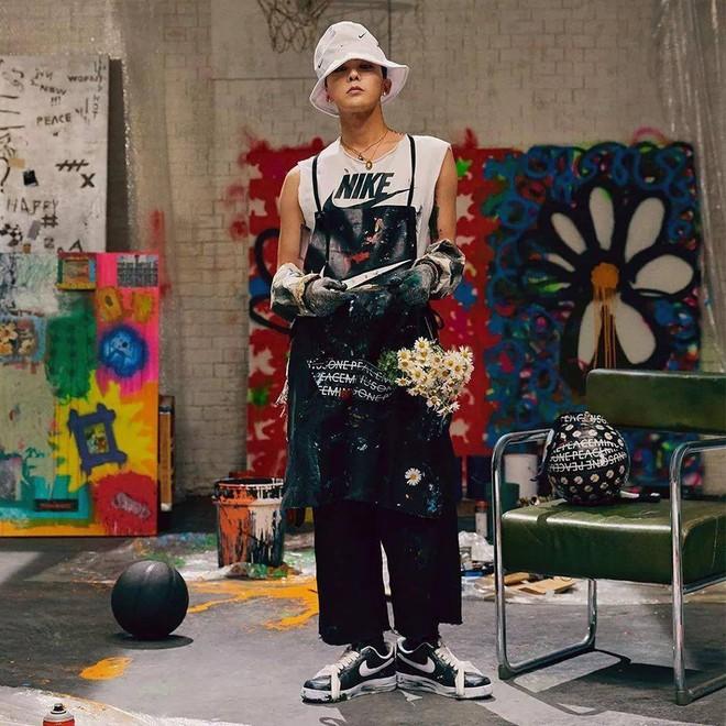 G-Dragon hé lộ thêm 3 mẫu giày hoa cúc hàng hiếm in logo Chanel - Hình 1