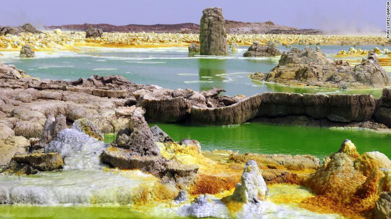 Kỳ lạ khu vực đầy nước, màu sắc đẹp mắt nhưng không sinh vật nào sống nổi - Hình 1