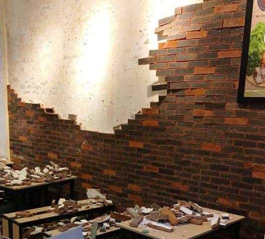 Sập mảng tường quán ăn giữa đêm, 4 người nhập viện - Hình 1