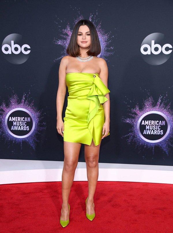 Siêu mẫu Tyra Banks, Selena Gomez cùng thiêu đốt ánh nhìn với vòng một căng tràn tại thảm đỏ AMA 2019 - Hình 1