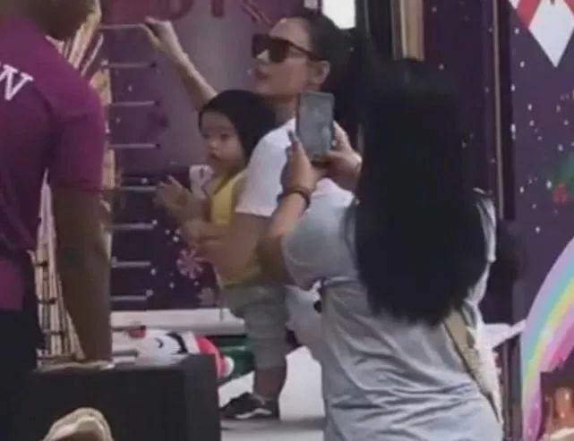Trương Bá Chi đưa con út đi Singapore chơi - Hình 1