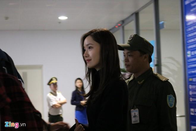 Yoona nổi bật, Jang Dong Gun được khen phong độ khi đến Hà Nội - Hình 2