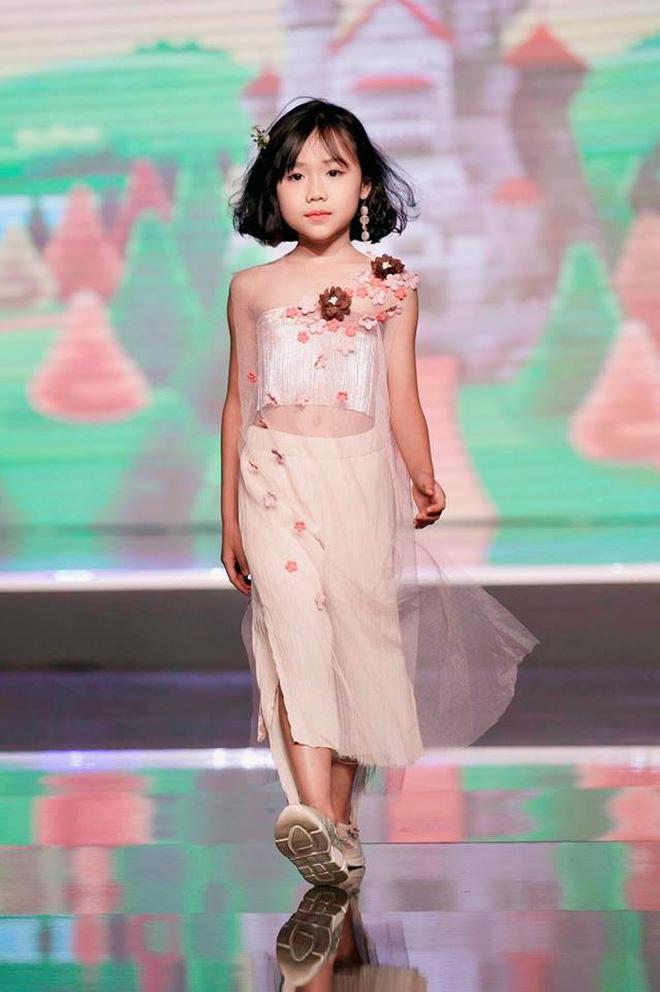 Đến người lớn còn ngã trên sàn runway mà mẫu nhí Việt vẫn vừa catwalk vừa nhào lộn quá đỉnh, ai xem cũng phải trầm trồ - Hình 1