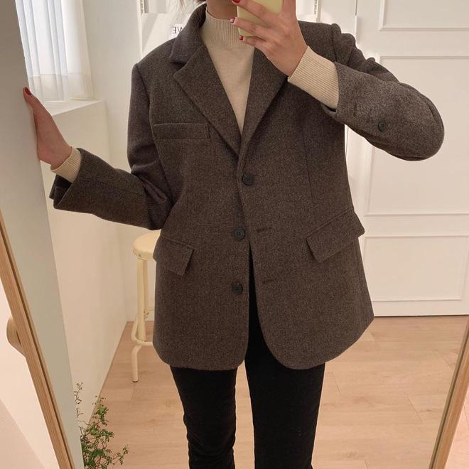 Nếu bạn lười shopping: 2 chiếc áo khoác, 1 chiếc áo len, 1 đôi giày và 1 cây son là đủ để lên đồ sang xịn mịn cả mùa đông - Hình 2